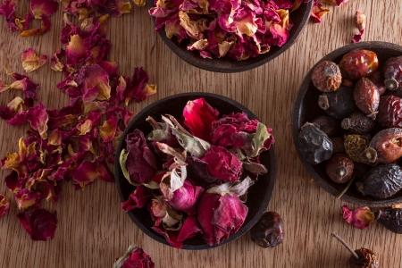 乾燥ローズヒップ、芽、花びら: 紅茶、代替医療、ポプリのため。スペースをコピーします。