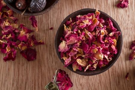 Dried rose petals: for tea, alternative medicine, pot-pourri. Copy space. Standard-Bild