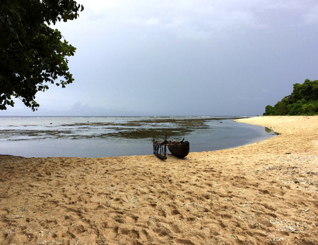 Nuova Guinea: Canoa sulla spiaggia in Kiriwina, Papua Nuova Guinea.
