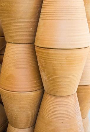 ollas de barro: Ollas grandes arcilla utilizados para la siembra de �rboles peque�os, Foto de archivo