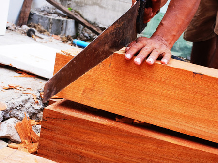 foto de archivo un carpintero fue serrando madera para hacer muebles