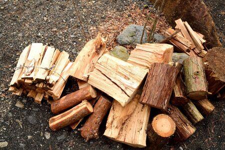 Holzhackschnitzel als Zunder verwendet. Standard-Bild