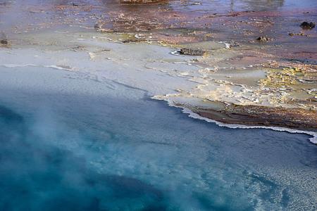 El agua azul y tranquila de un géiser en Lower Geyser Basin, Parque Nacional de Yellowstone. Foto de archivo - 87705242
