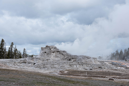 The eruption of Castle Geyser that can be predictable and has turned part of a pine forest to be a thermal desert. Banco de Imagens