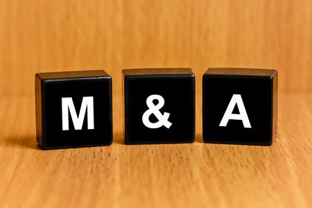 F & A ou d'une fusion et d'acquisition texte sur bloc noir Banque d'images