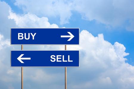 구매 및 푸른 하늘과 푸른 도로 표지판에 판매