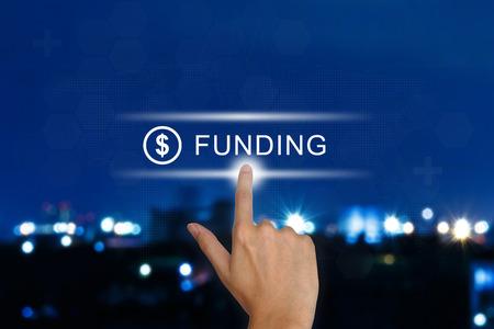 main cliquant sur le bouton de financement sur une interface à écran tactile Banque d'images