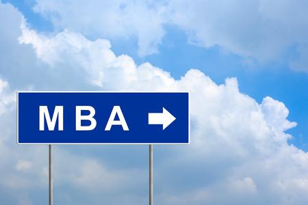 administracion empresarial: MBA o Master en Administraci�n de Empresas en la se�al de tr�fico azul con el cielo azul