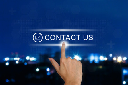 Clic mano en contacto con nosotros botón en una interfaz de pantalla táctil Foto de archivo - 26781637
