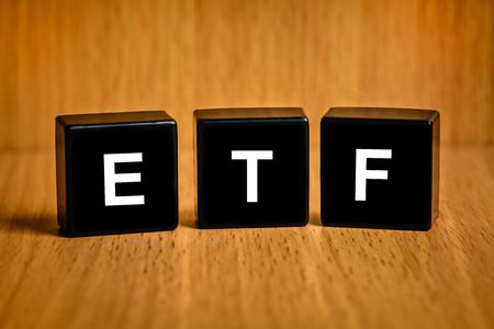 검은 블록에 ETF 또는 Exchange 트레이드 기금 텍스트