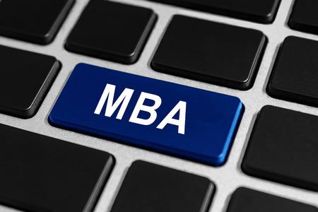 economia aziendale: MBA o Il Master of Business Administration pulsante blu sulla tastiera, businees concetto Archivio Fotografico