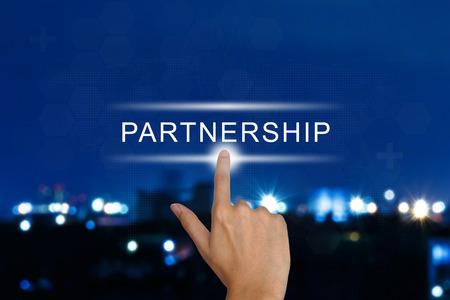 bouton de partenariat cliquant main sur une interface à écran tactile