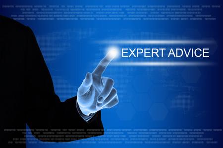 main d'affaires appuyant sur le bouton de conseils d'expert sur une interface à écran tactile Banque d'images