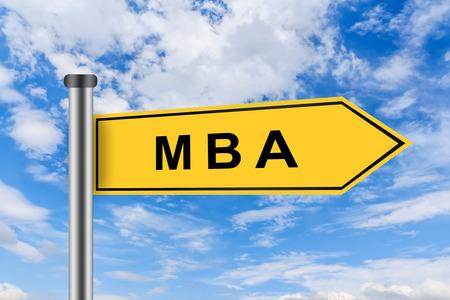 economia aziendale: MBA o Master of Business Administration parole su giallo cartello stradale sul cielo blu