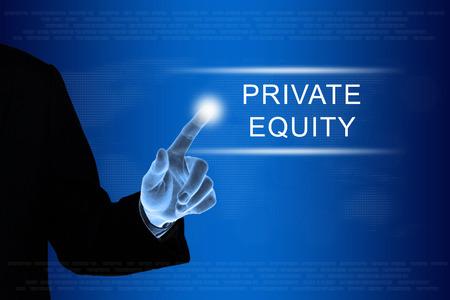equidad: mano de negocios empujando el botón de capital privado en una interfaz de pantalla táctil