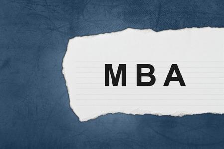 administracion empresarial: MBA o Master en Administraci�n de Empresas con l�grimas de papel blanco sobre azul textura Foto de archivo