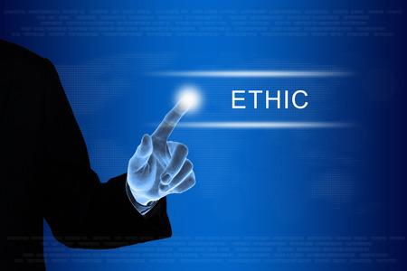 ethic: mano d'affari spingendo il pulsante di etica su una interfaccia touch screen Archivio Fotografico