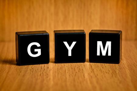 black block: GYM o gimnasio o servicios de gimnasia texto en el bloque negro Foto de archivo
