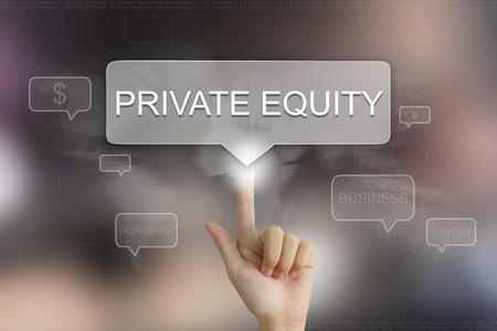 la main en poussant sur le private equity bouton texte de ballon