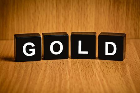 black block: texto del oro en el bloque negro