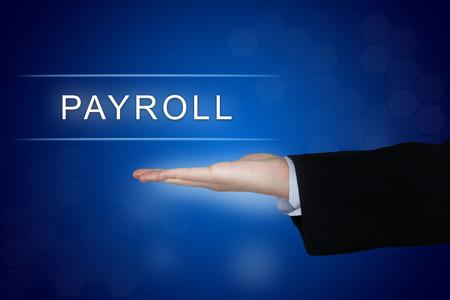 Bouton de la paie avec la main d'affaires sur fond bleu Banque d'images