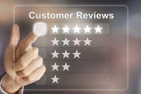 spokojený: Recenze obchodní ruční klikání zákazníků na virtuální rozhraní obrazovky Reklamní fotografie