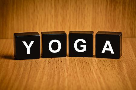 black block: Texto Yoga en el bloque negro Foto de archivo