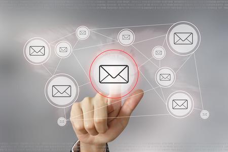 redes de mercadeo: mano botón de correo electrónico empujando con el concepto de red global Foto de archivo