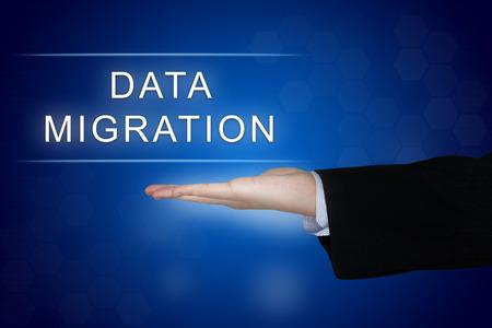 administrador de empresas: botón de la migración de datos con la mano de negocios en fondo azul
