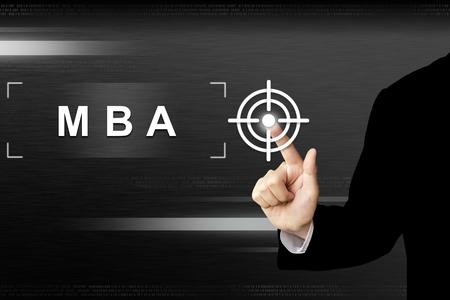administracion empresarial: mano de negocios haciendo clic MBA o Master en Administraci�n de Empresas bot�n en una interfaz de pantalla t�ctil Foto de archivo