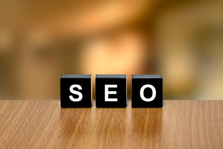 black block: SEO o la optimización de motor de búsqueda en el bloque negro con fondo borroso