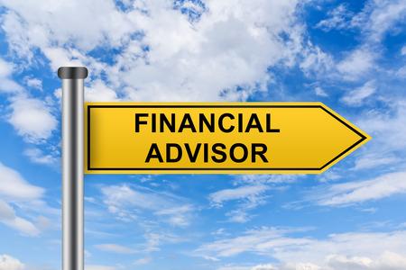 conseillers financiers mots sur panneau routier jaune sur le ciel bleu