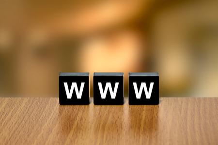 black block: www o World Wide Web en el bloque negro con fondo borroso Foto de archivo