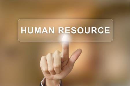 recursos humanos: negocio mano presionando el botón de recursos humanos en el fondo borroso