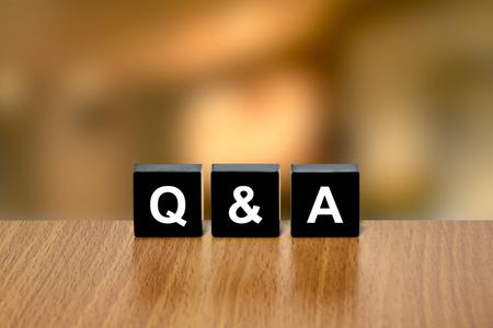Q & A ou Questions et réponses sur le bloc noir avec fond flou Banque d'images