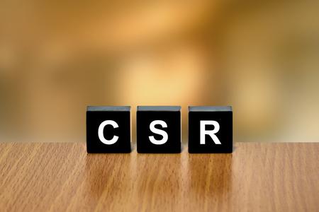 black block: RSC o la responsabilidad social corporativa en el bloque negro con fondo borroso Foto de archivo