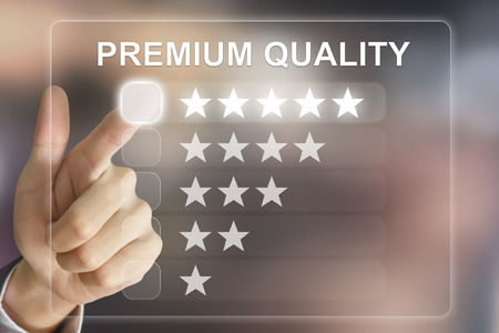main d'affaires de première qualité cliquant sur l'interface de l'écran virtuel