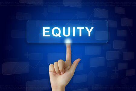 equity: prensa de la mano en el bot�n de la equidad en la pantalla virtual