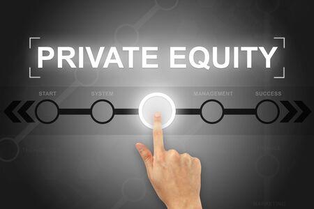 equidad: Mano que hace clic el bot�n de capital privado en una pantalla t�ctil