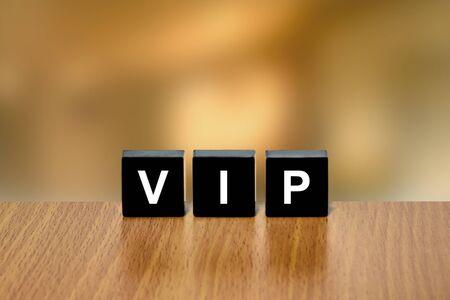 black block: Persona VIP o muy importante en el bloque negro con fondo borroso Foto de archivo