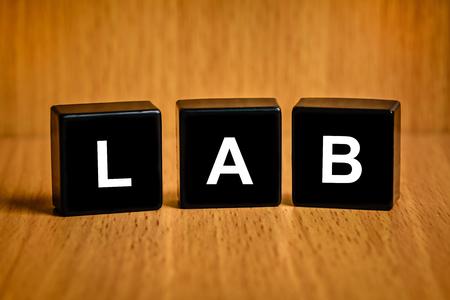 black block: LAB o Laboratorio de texto en el bloque negro