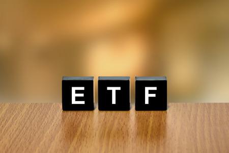 black block: ETF o fondo cotizado en el bloque negro con fondo borroso Foto de archivo