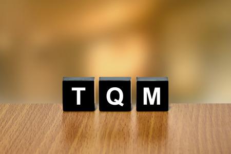 black block: TQM o gesti�n de la calidad total en el bloque negro con fondo borroso