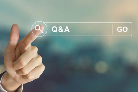 mano de negocios pulsando Q & A o la pregunta y la respuesta botón de la barra de herramientas de búsqueda con efecto de estilo de la vendimia