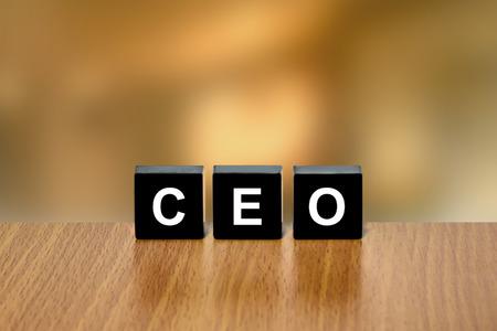 black block: CEO o el Consejero Delegado en el bloque negro con fondo borroso