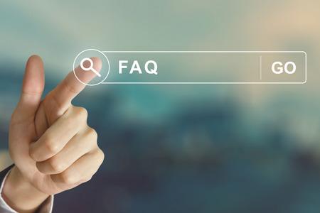 mano de negocios o haciendo clic Preguntas frecuentes botón de preguntas hechas en la barra de herramientas de búsqueda con efecto de estilo de la vendimia