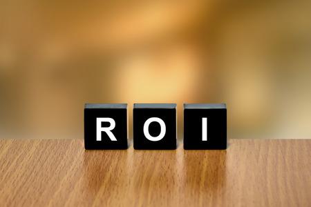 black block: ROI o retorno de la inversión en el bloque negro con fondo borroso