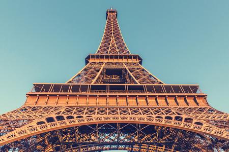 de focus: The Eiffel Tower, located on the Champ de Mars in Paris, France, selective focus, vintage effect