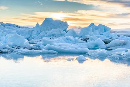 Schöne Aussicht auf Eisberge in Jokulsarlon Gletscherlagune bei Sonnenuntergang, Island, selektiver Fokus, globale Erwärmung und Klimawandel Konzept