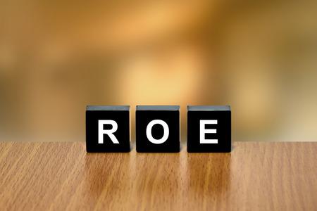 black block: ROE o rentabilidad sobre recursos propios en el bloque negro con fondo borroso